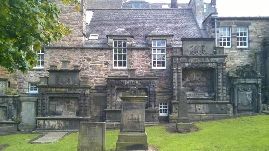 Cimitero spettacolare a Edimburgo (tombe incastonate nei retro delle case!